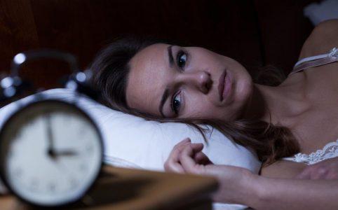 søvnbesvær - kvinde der ikke kan sove