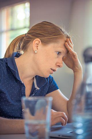 Stresset kvinde som ikke længere har kontrol over sin situation